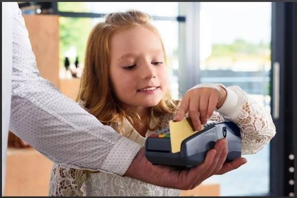 Расплачивается детской банковской картой Сбербанка