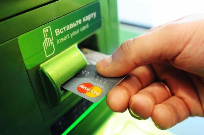 Вносит деньги через банкомат с зарплатной карты